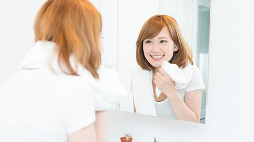 鏡を見て喜んでいる女性