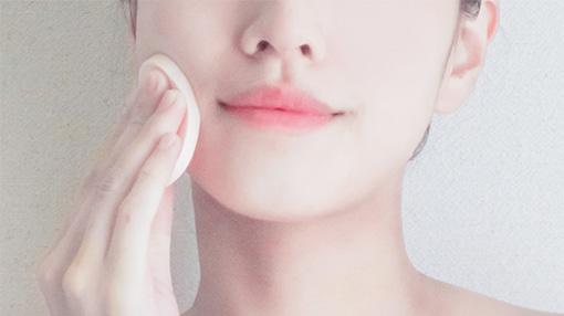 化粧をする女性のイメージ画像