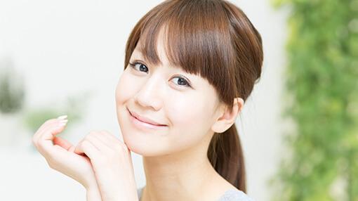 笑顔で満足している女性の画像