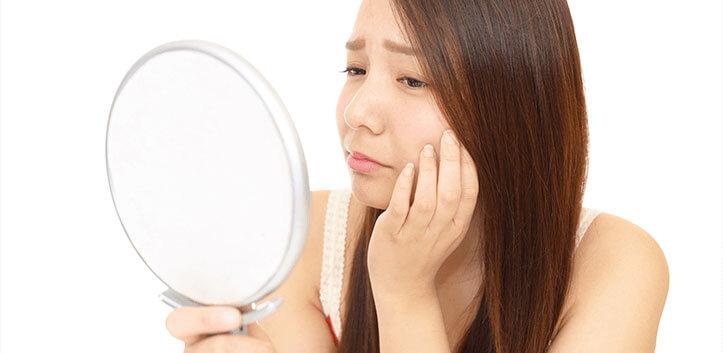 鏡を見る女性イメージ